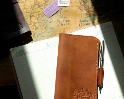 Записная книжка из кожи с креплением для ручки — цвет коньяк